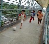 Sejumlah anak bermain sepak bola dengan memanfaatkan jembatan penyebrangan di kawasan Kemayoran, Jakarta, Sabtu (17/3). (Republika/Agung Fatma Putra)