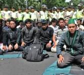 Sejumlah pengunjuk rasa berdoa usai salat hajat di Bundaran Hotel Indonesia (HI), Jakarta, Selasa (27/3). (Republika/Aditya Pradana Putra)