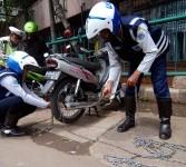 Sejumlah petugas Dinas Perhubungan Jakarta Barat mengembok ratusan sepada motor yang parkir liar saat menggelar razia parkir di depan Harco Glodok , Jakarta Barat, Selasa (28/2). (Republika/Prayogi)