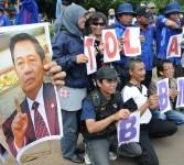 Sekitar 10.000 pengunjuk rasa dari melakukan aksi menolak kenaikan harga bahan bakar minyak (BBM) di Istana Negara, Jakarta, Rabu (21/3). (Aditya Pradana Putra)