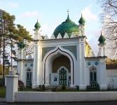 Shah Jahan Masjid (juga dikenal sebagai Masjid Woking) adalah masjid yang dibangun pertama di Inggris. Masjid ini dibangun 1889 di Woking, 30 mil sebelah barat London di Jalan Oriental.