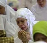 Umat Islam sambut malam malam tahun baru dengan mengikuti Dzikir Nasional di Masjid At Tin, Kompleks TMII, Jakarta, Sabtu (31/12) malam.