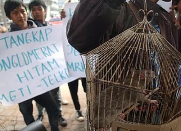 Demo menuntut ditangkapnya para koruptor uang negara