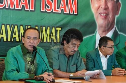 Ketua Umum PPP Suryadharma Ali (kiri) memberikan keterangan pers terkait Muktamar PPP VIII di kantor DPP PPP, Jakarta Pusat, Senin (27/10). (Republika/Agung Supriyanto)