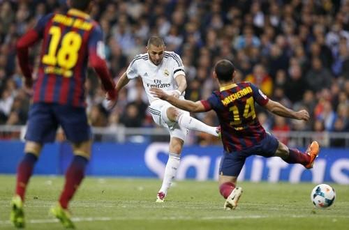 Aksi Karim Benzema dalam laga El Clasico.