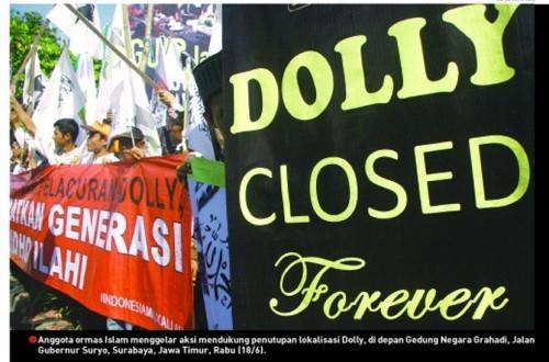 Anggota ormas islam menggelar aksi mendukung penutupan lokalisasi dolly, di depan gedung Negara Grahadi,Jalan Gubernur Suryo,Surabaya,Jawa Timur,Rabu(18/6).