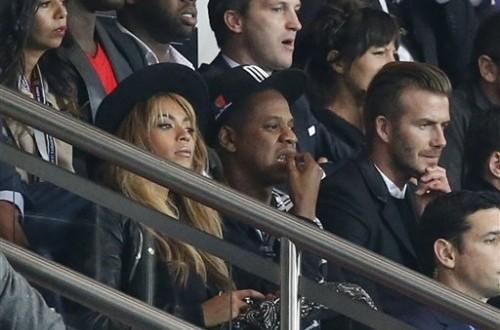 Beyonce (kiri), Jay-Z, dan David Beckham menyaksikan laga PSG vs Barcelona di Parc des Princes, Rabu (1/10) dini hari WIB.