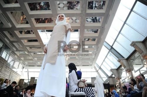 Dalam Zalora Lebaran Fashion Parade, (19/5), busana dalam warna netral seperti putih mendominasi panggung.