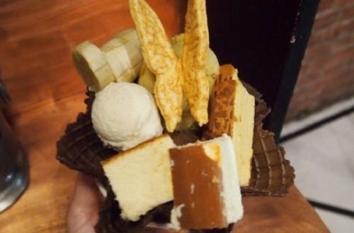 Es krim ini mencampurkan banyak toping di dalamnya