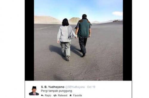 Foto Presiden Susilo Bambang Yudhoyono dan Istri dari belakang. Foto diberi judul Pergi Tampak Punggung ini diunggah di akun twitter @sbyudhoyono.
