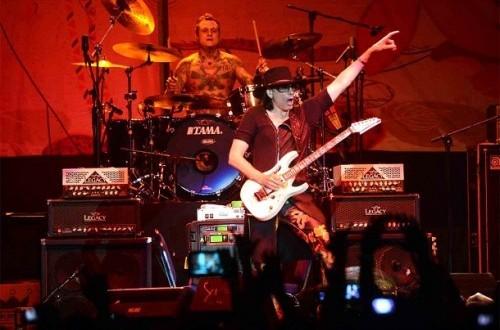 Gitaris asal Amerika Serikat, Steve Vai beraksi memainkan gitar dalam konser bertajuk