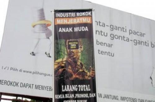 Iklan rokok sekaligus kampanye membebaskan kota dari iklan rokok.