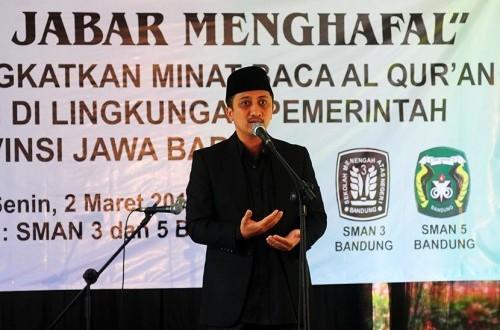 Uztaz Yusuf Mansur memberikan sambutan pada kegiatan Launching Jabar Menghafal di SMA Negeri 3 dan SMA Negeri 5, Kota Bandung, Senin (2/3).