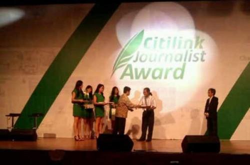 Jurnalis ROL, Chairul Akhmad (dua dari kanan), saat menerima piagam penghargaan dalam acara CJA 2012, di Annex Building, Wisma Antara, Jakarta, Rabu (12/12).
