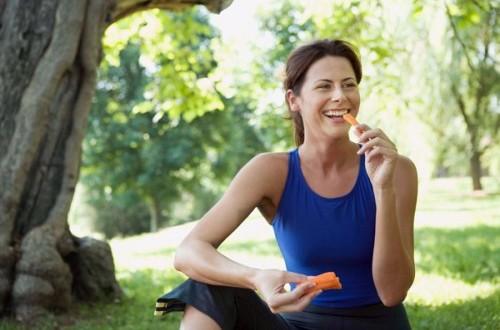 Lakukan diet sehat dengan makanan seimbang dan olahraga