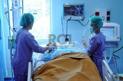 Perawat mengontrol pasien di ruangan ICU Rumah Sakit Pusat Otak Nasional (RS PON), Cawang, Jakarta, Senin (14/7).  (Republika/Aditya Pradana Putra)