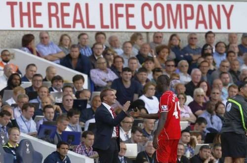 Manajer Liverpool, Brendan Rodgers (kiri), menjabat tangan striker Mario Balotelli yang meninggalkan lapangan usai ditarik keluar dalam laga Liga Primer Inggris lawa Tottenham Hotspur di White Hart Lane, London, Ahad (31/8).