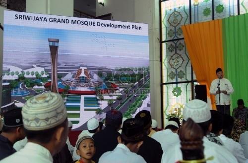 Gubernur Sumatera Selatan (Sumsel) Alex Noerdin di hadapan jamaah  memaparkan rencana pembangunan Masjid Raya Sriwijaya