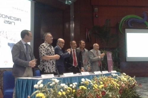 Menteri Pariwisata Arief Yahya berjabat tangan dengan Carmelo Ezpelata selaku CEO Dorna SL dalam jumpa pers
