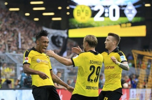 Para pemain Borussia Dortmund merayakan gol ke gawang Borusia Monchengladbach.