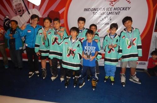 Para pemenang kompetisi Ice Hockey Tournament, di BX Rink, Bintaro, 19-23 November 2014.