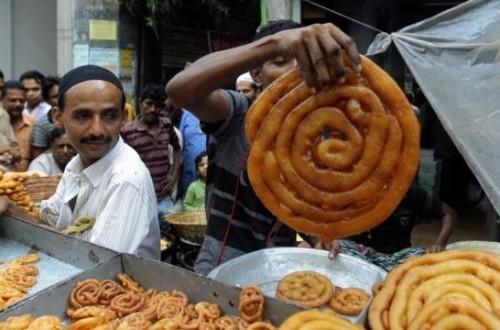 Pedagang di Bangladesh menjual makanan tradisional untuk berbuka puasa di Dhaka, Bangladesh.