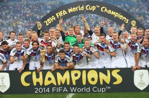 Pemain Jerman merayakan dengan trofi Piala Dunia setelah memenangkan Piala Dunia FIFA 2014 final antara Jerman dan Argentina di Estadio do Maracana di Rio de Janeiro, Brasil, Minggu (13/7).  (EPA/Srdjan Suki).