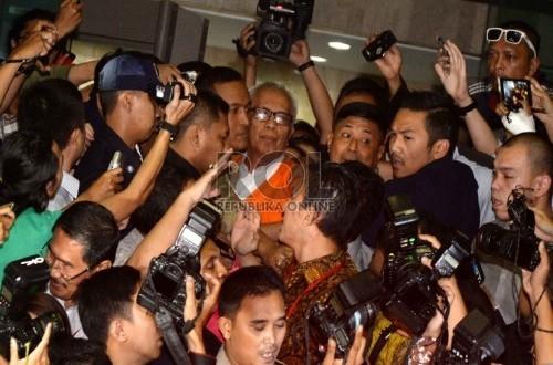 Pengacara OC Kaligis keluar dari Gedung KPK usai diperiksa, Jakarta, Selasa (14/7) malam.    (Republika/Yasin Habibi)