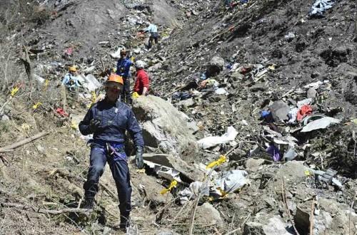 Petugas melakukan investigasi di lokasi jatuhnya pesawat Airbus A320 maskapai Germanwings di Seyne-les-Alpes, pegunungan Alpen, Prancis, Kamis (26/3).