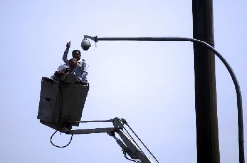 Petugas tengah memasang kamera CCTV. Pemerintah Provinsi berencana menambah CCTV guna memonitor objek vital.