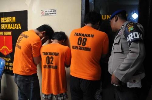 Polisi menunjukan tiga tersangka pelaku begal motor IS (18), D (18), dan ADP (18) berikut barang bukti yang berhasil ditangkap di Mapolresta Depok, Jawa Barat, Minggu (1/2).  (ANTARA/Indrianto Eko Suwarso)