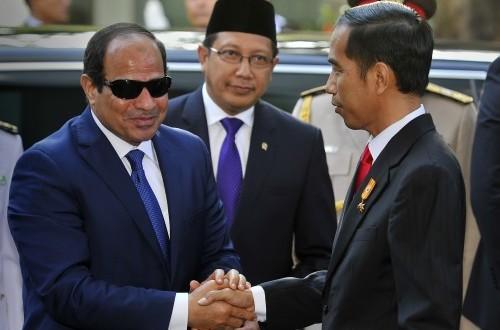 Presiden Joko Widodo (kanan) didampingi Menteri Agama Lukman Hakim Saifuddin (tengah) berjalan bersama  Presiden Republik Arab Mesir Abdel Fattah Al Sisi (kiri), yang melakukan kunjungan kenegaraan di Istana Merdeka, Jakarta, Jumat (5/9). (Antara//Yudhi M