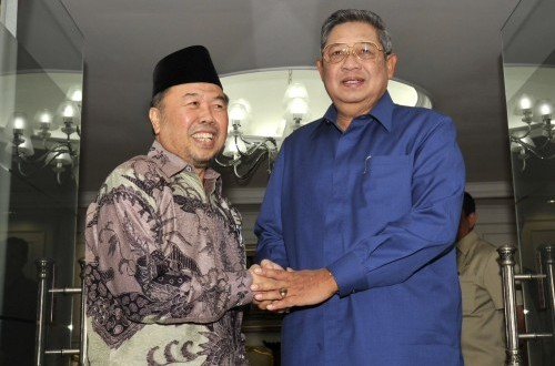 President Susilo Bambang Yudhoyono (right) poses with Chairman of the National Alms Agency (Baznas) Didin Hafidhuddin in Jakarta on Wednesday.