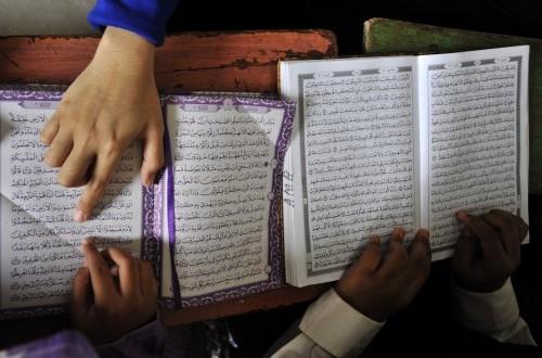 Santri membaca kitab suci Al Quran saat pesantren kilat di Masjid Darul Salam Makassar, Sulawesi Selatan, Sabtu (20/6).(ANTARA FOTO/Yusran Uccang)