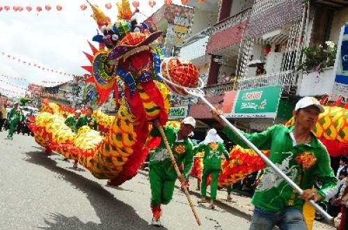 Sejumlah anggota Yayasan Tionghoa Pemadam Kebakaran Merdeka memainkan atraksi naga, sesaat sebelum menjalani ritual Naga Tutup Mata di Kelenteng Kwan Tie Bio, Pontianak, Kalbar