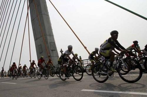 Sejumlah pembalap sepeda beradu kecepatan di kawasan jembatan Siak pada balapan Tour de Siak 2014. (ilustrasi)