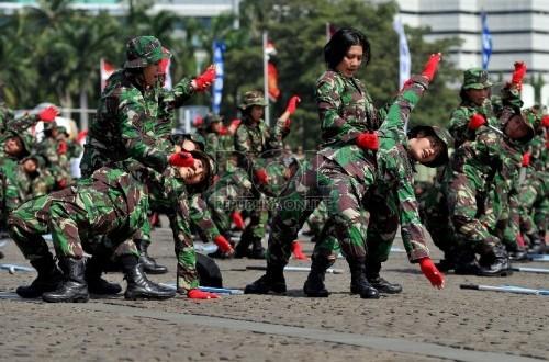 Sejumlah wanita TNI melakukan atraksi kemampuan diri.