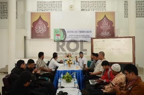Sekertaris Eksekutif Forum Zakat Nasional Amin Sudarsono menyampaikan pemaparannya saat diskusi yang diadakan oleh Forum Zakat Nasional bersama Badan Amil Zakat Nasional dan Komite Umat Untuk Tolikara di Masjid Al Ihsan, Kota raja, Jayapura, Papua, Selasa