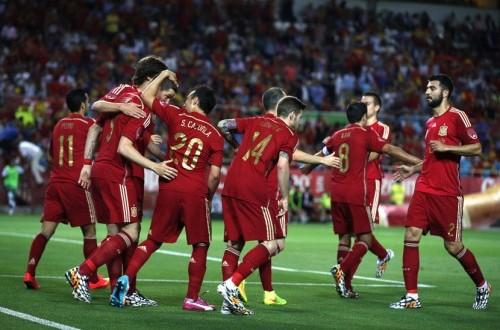 Striker timnas Spanyol, Fernando Torres (tiga kiri), melakukan selebrasi bersama rekan setimnya usai menjebol gawang Bolivia dalam laga internasional di Stadion Ramon Sanchez Pizjuan, Sevilla, Jumat (30/5).