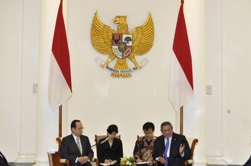 President Susilo Bambang Yudhoyono (right) receives the visit of former PM Yasuo Fukuda on Monday.