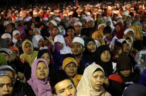 Umat Islam merayakan Isra Miraj yang digelar Majelis Dzikir Nurussalam di Lapangan Monas, Sabtu (25/5) malam.