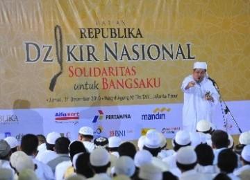 Ustad KH Tengku Zulkarnain memberikan ceramah dalam acara Dzikir Nasional 'Solidaritas untuk Bangsaku' di Masjid At-Tin, Taman Mini Indonesia Indah, Jakarta (31/12).