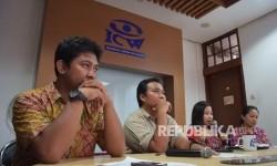 Deputi Direktur Indonesia Parliamentary Center (IPC) Ahmad Hanafi (kiri)