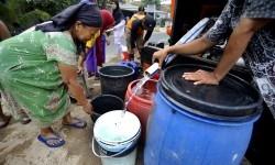 [ilustrasi] Sejumlah warga antre untuk mendapat jatah pembagian air bersih dari petugas BPBD (Badan Penanggulangan Bencana Daerah) Banten di Kampung Jamblang, Sawah Luhur, Serang, Selasa (12/9).