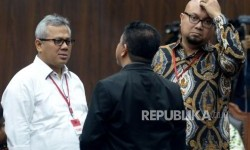 Ketua KPU Arief Budiman (kiri) dan Komisioner KPU Ilham Saputra berbincang sebelum mengikuti sidang uji materi Undang-Undang Nomor 7 Tahun 2017 tentang Pemilihan Umum (UU Pemilu) dengan agenda pembacaan putusan di Mahkamah Konstitusi, Jakarta, Kamis (11/1).