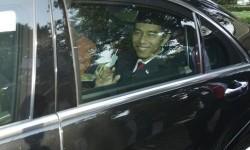 Presiden Joko Widodo menggunakan mobil dinas kepresidenan.