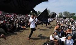 Sejumlah masa yang tergabung dalam Hizbut Tahrir Indonesia (HTI) saat rapat dan pawai akbar (RPA) 2015 dengan tajuk Bersama Umat Tegakkan Khilafah di Lapangan Gasibu, Kota Bandung, Kamis (14/5).  (foto : Septianjar Muharam)