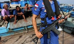Personel Dit Polair Polda Sumut berjaga di dekat nelayan asing pelaku pencurian ikan (illegal fishing) di Belawan, Sumatera Utara, Kamis (21/5).  (Antara/Irsan Mulyadi)