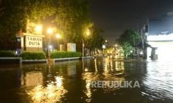 Banjir merendam puluhan rumah di perumahan Taman Duta, Cimanggis, Depok, Selasa (23/2) malam. (foto : MgROL_54)