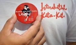 Pengunjung memperlihatkan pin saat nonton bersama film Istirahatlah Kata-kata tentang kisah aktivis sekaligus penyair Wiji Thukul di Taman Ismail Marzuki, Jakarta, Ahad (22/1).